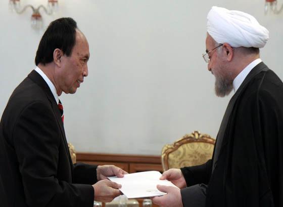 تقدیم استوارنامه سفیر جدید لائوس به حسن روحانی