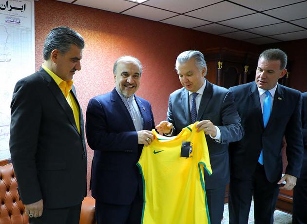پیراهن تیم ملی برزیل به وزیر ورزش و جوانان اهدا شد