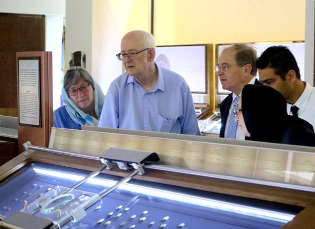 بازدید سفیر و رئیس خانه حراج تمبر و سکه نیوزیلند از موزه بانک سپه