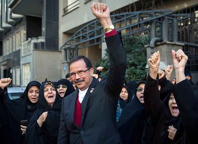 تجمع مقابل سفارت ونزوئلا در تهران در حمایت از مادورو