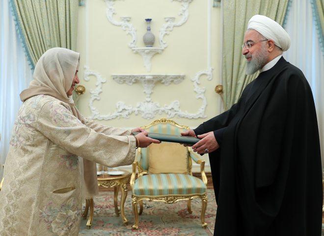 سفیر پاکستان استوارنامه خود را تقدیم حسن روحانی کرد