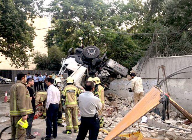 تصادف مرگبار کامیون با دیوار باغ سفارت روسیه در تهران