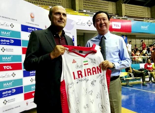 اهدای پیراهن تیم ملی بسکتبال ایران به سفیر چین