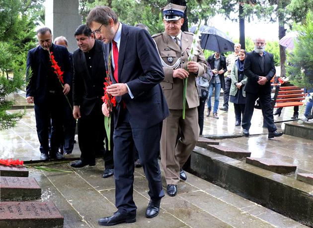 بازدید کاردار و وابسته نظامی سفارت لهستان از آرامستان لهستانی ها در بندرانزلی