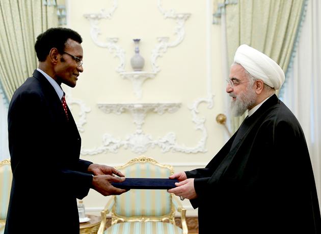 روحانی در دیدار سفیر جدید زیمبابوه بر تقویت همکاری بخشهای خصوصی دو کشور تاکید کرد